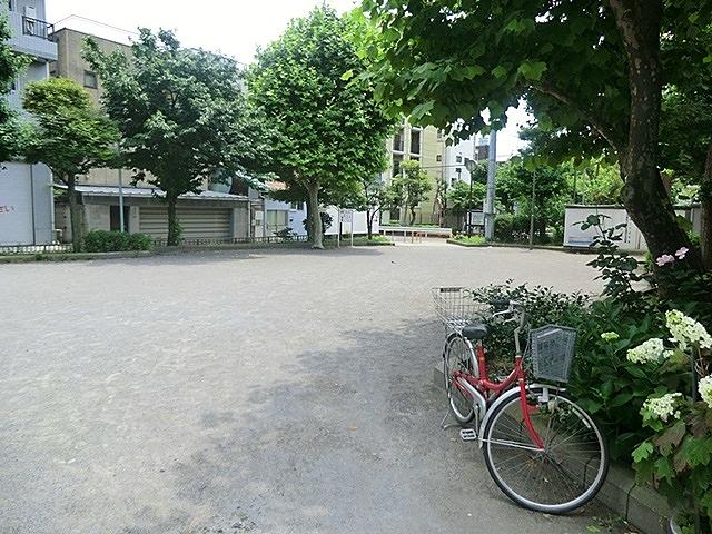 園内は道路を挟んで3か所に分かれていてトイレもあります。夏場には、周辺の町内会の盆踊りも行われる周辺住民には親しみのある公園です。