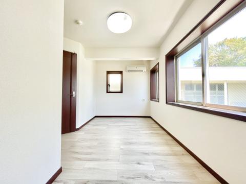 1階の広々洋室からは美しい緑が望めます。主寝室としてのご利用や、ご自宅でお仕事をされる方の作業部屋としても良いですね。