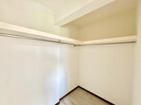 1階洋室にあるウォークインクローゼット。せっかくの新居での暮らしは整理整頓して広々と使いたいですよね。そんなときにはきちんと断捨離のうえ、収納スペースをご活用ください。