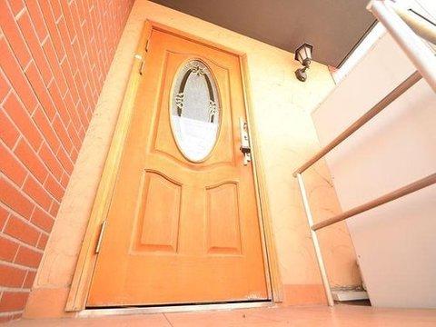 コンクリートの質感とは反対の柔らかい木調の玄関扉。家族をつつみこむような優しい安心感を感じます。住まいの顔となる部分ですね。