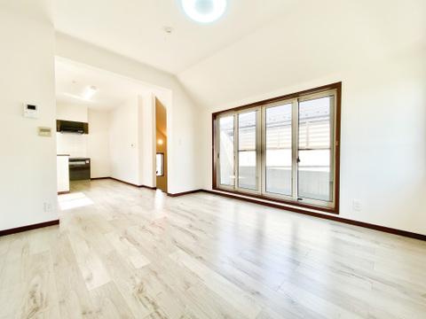 大きな窓が特徴的なリビング空間は安定した光の量が心地よい、自然と家族が集まる場所になります。室内は一部リフォームを施してありコンディション良好ですよ。