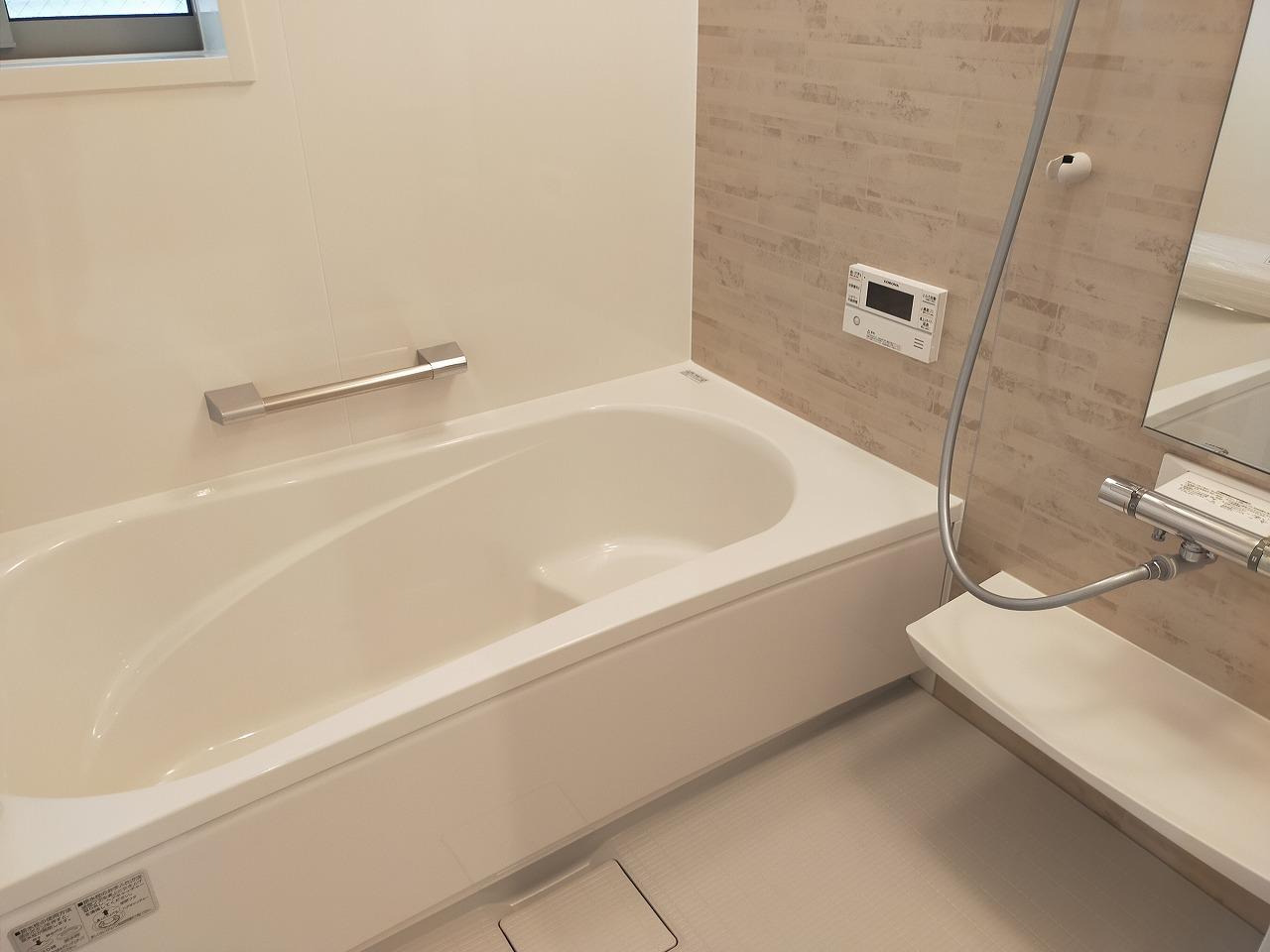 浴室は暖房乾燥機付き・小窓もあり換気も便利です