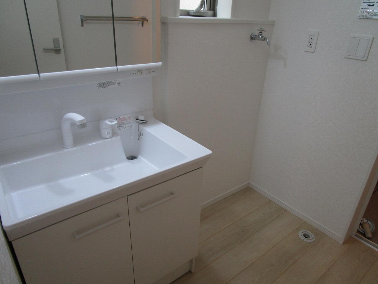 1階 洗面台はシャンプードレッサー・洗濯機置き場