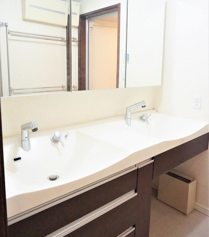 大きな鏡に2ボールの洗面