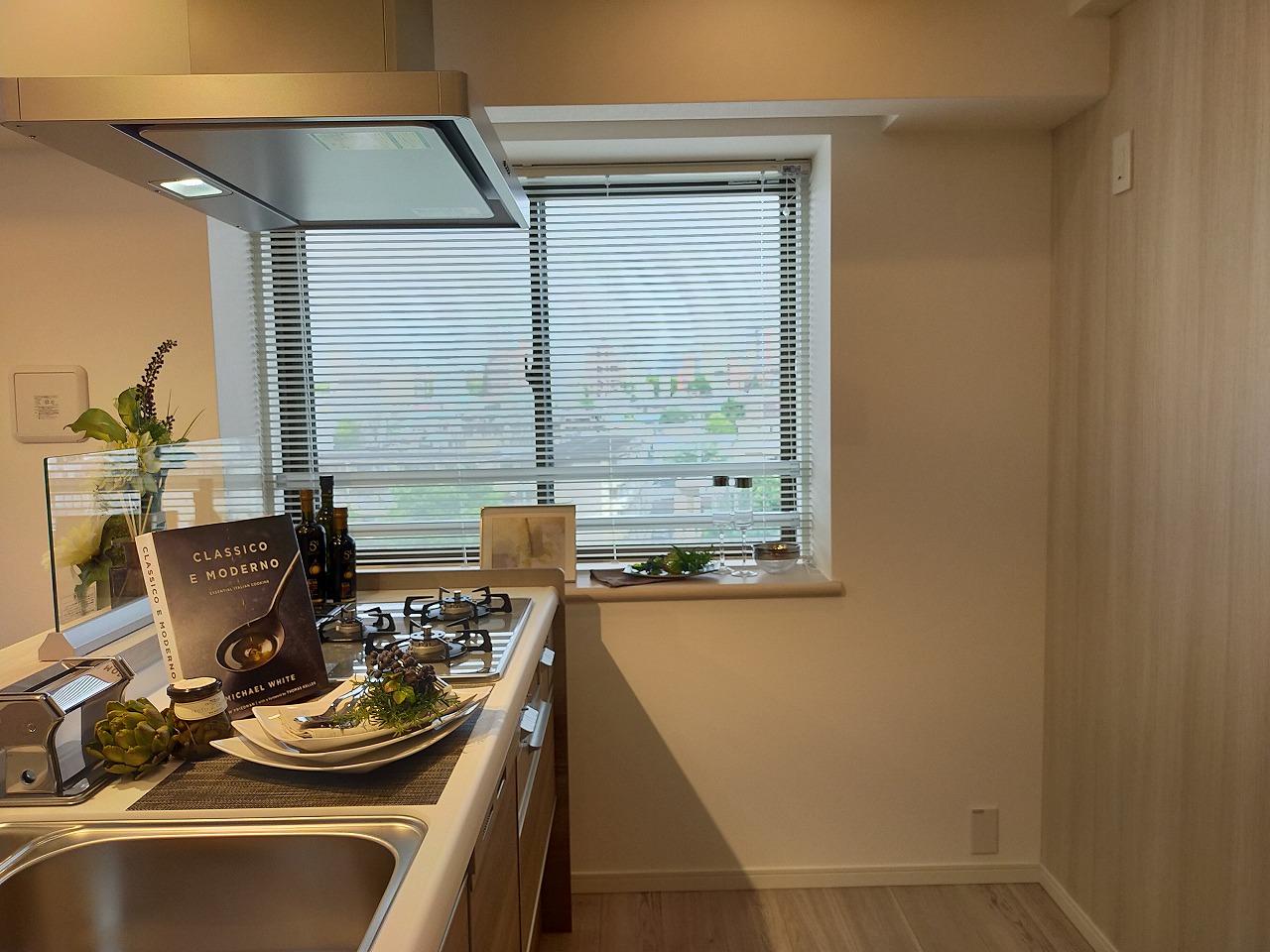 大きい窓もあり明るいキッチンです