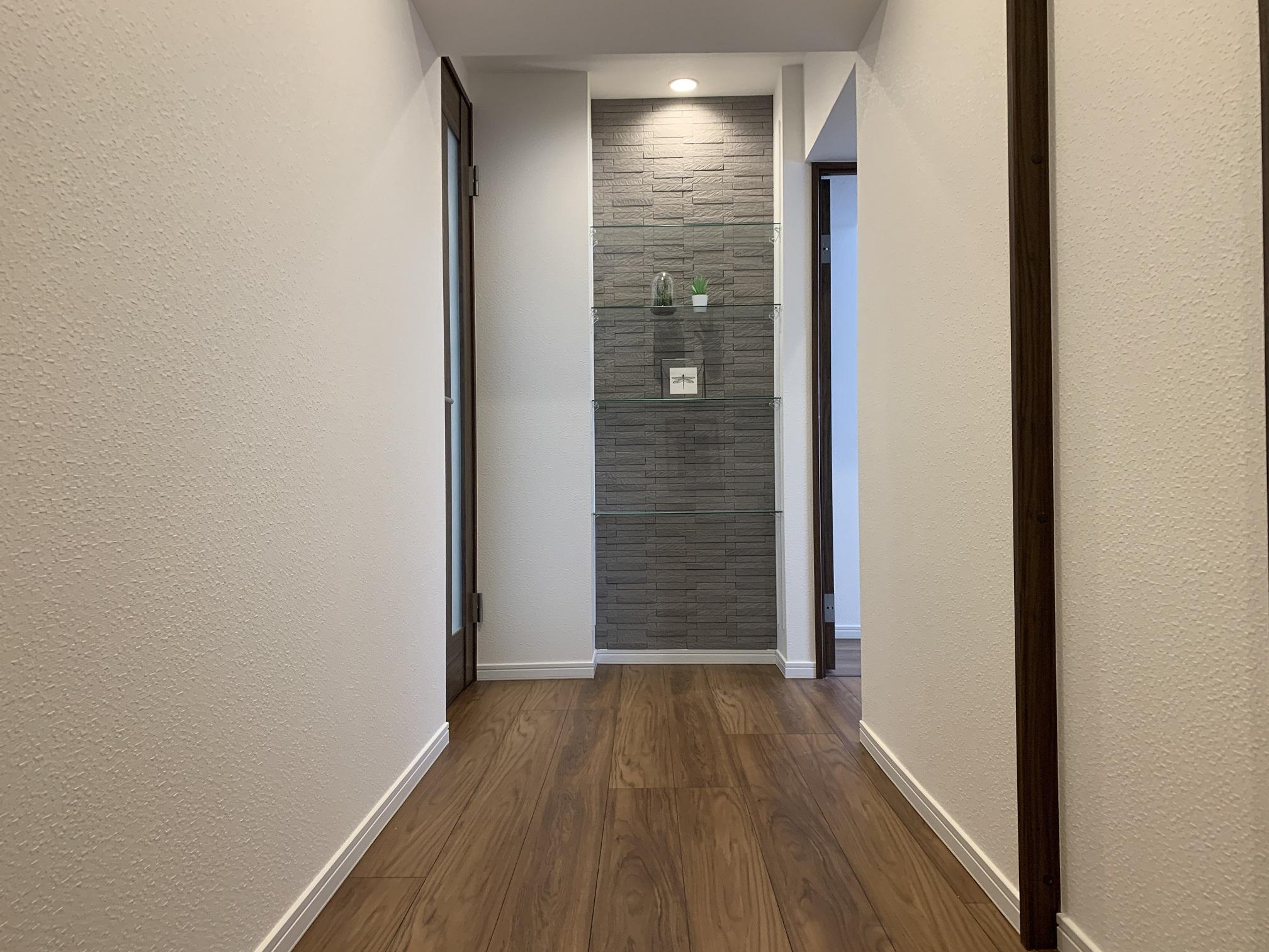 玄関からのホールはエコカラットも使用し、デザイン性と機能性を実現しています。