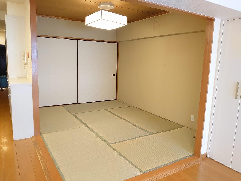 急な来客やお子様が遊ぶスペースとしても利用できる6帖の和室です。
