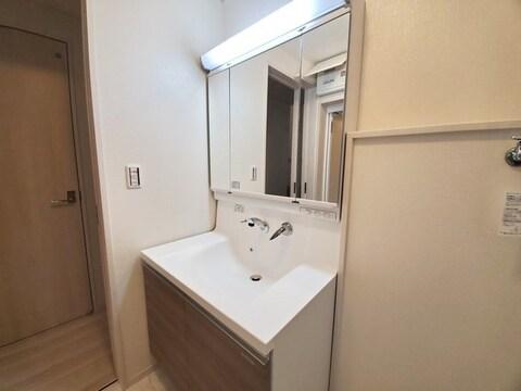 【洗面台・洗面所】便利なシャワー水栓付洗面化粧台