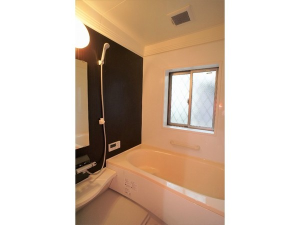 【バス】窓付き浴室で開放的な空間です