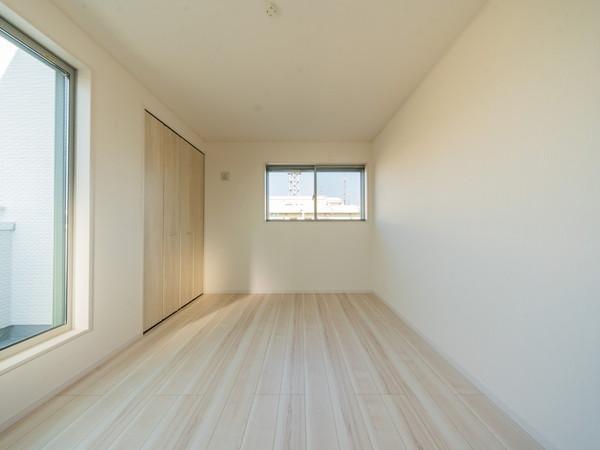 【洋室】3面採光の為、風通し良好で快適な洋室です