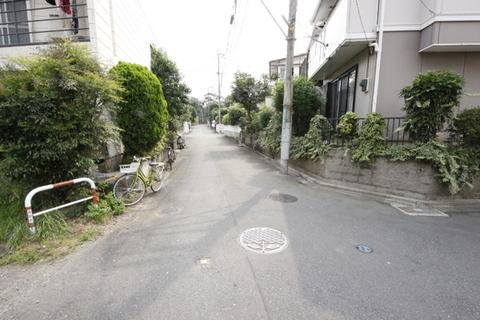 【前面道路含む現地写真】車2台駐車可能です(車種による)