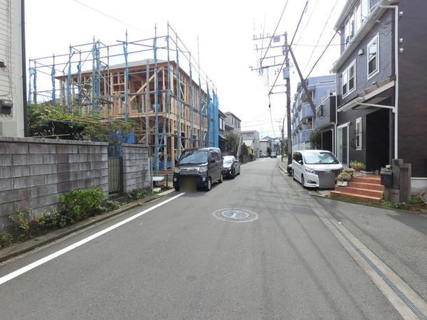 【前面道路含む現地写真】落ち着いた住環境で陽当り良好です