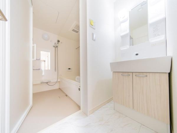 【洗面台・洗面所】広々とした収納豊富な洗面台です
