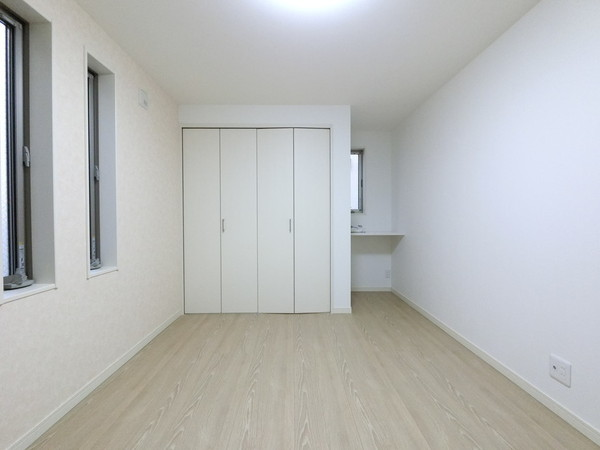 【洋室】床材や建具は家具に合わせやすい色合いです