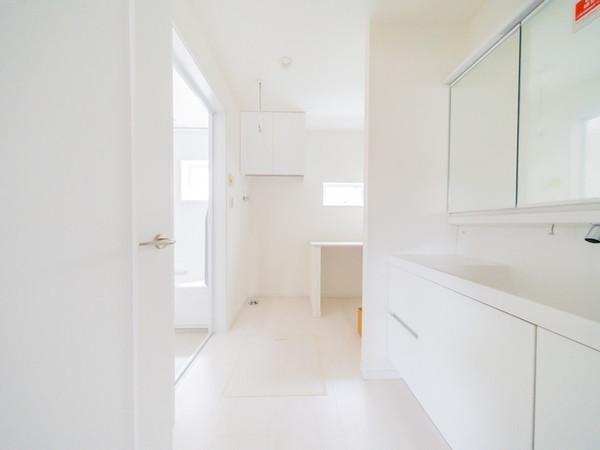 【洗面台・洗面所】カウンター付きの広々とした洗面スペース