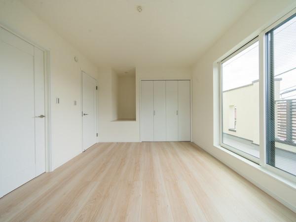 【洋室】バルコニーに面した開放的な洋室です