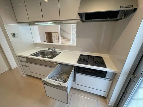 【キッチン】便利な食洗機付きのシステムキッチンです