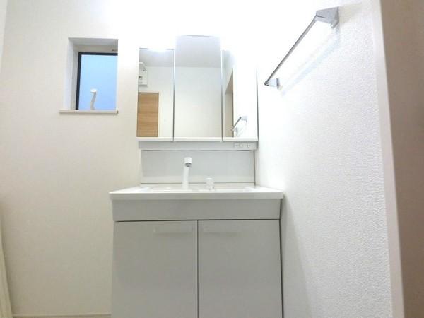 【洗面台・洗面所】ミラー裏にも日用品が収納できる洗面台