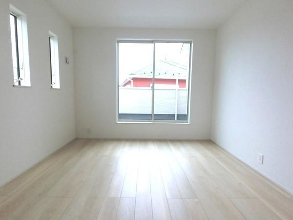 【洋室】バルコニーに面した明るい洋室です