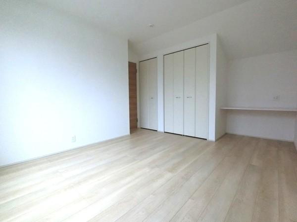 【洋室】床材や建具は落ち着いた色合いです