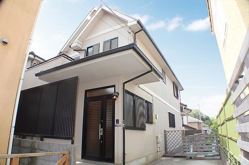鎌倉の緑豊かな住宅街にある建物約...