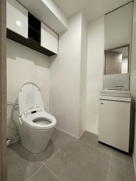 実際のトイレを撮影(2021年7月)したものに、CG加工処理で家具などを消し込みしております。現状有姿でのお取引となりますので実際とは異なります。