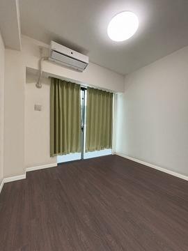 実際の洋室を撮影(2021年7月)したものに、CG加工処理で家具などを消し込みしております。現状有姿でのお取引となりますので実際とは異なります。