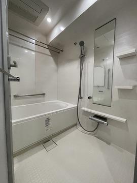 実際の浴室を撮影(2021年7月)したものに、CG加工処理で家具などを消し込みしております。現状有姿でのお取引となりますので実際とは異なります。