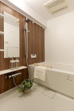 【浴室】精一杯お仕事を頑張った後には、綺麗なバスルームで脚を伸ばしてゆっくりと疲れをとりましょう。