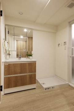 【洗面台】大きな鏡が特徴的な洗面台です。身だしなみを隅々まで整えられますので、綺麗な身なりで1日を始められます。