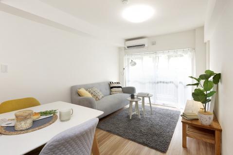 【リビング】軽やか色合いのフローリングとクロスです。家具とも併せやすい色なので、様々なバリエーションが想像できます。