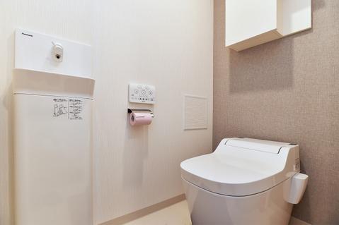 トイレには手洗器付き。上部には吊戸棚があるので備品や清掃用品も収納できます!