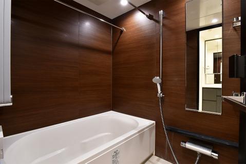 タンクレスで空間を広々と見せてくれるトイレ。
