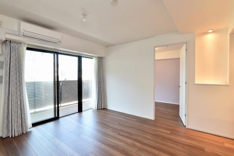空気を汚さずに部屋を暖められので小さいなお子様がいても安心な床暖房設置済のリビング。
