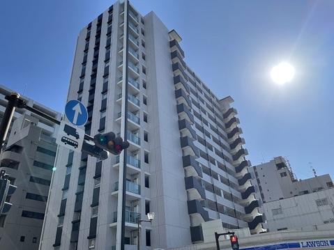 「本厚木」駅より徒歩約5分、14階建マンションです。