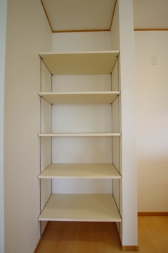 キッチンに備え付きの収納スペース