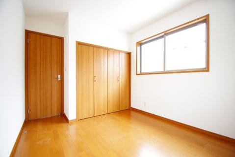 暖かい陽射しがさしこむ約5.2帖の洋室