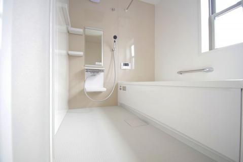 白を貴重とした清潔感のあるバスルーム