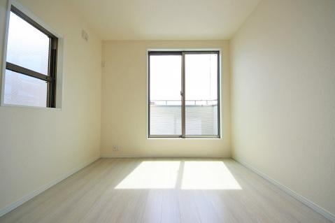 2面採光で日当たり、風通しも良好な気持ちの良いお部屋