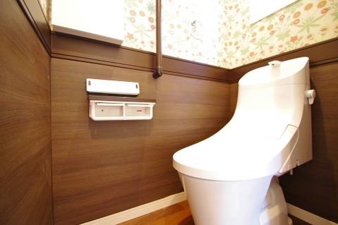 トイレはお花の壁紙で特別な空間に