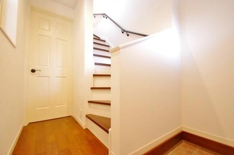 玄関を入ると2階へと上がる階段がすぐあります