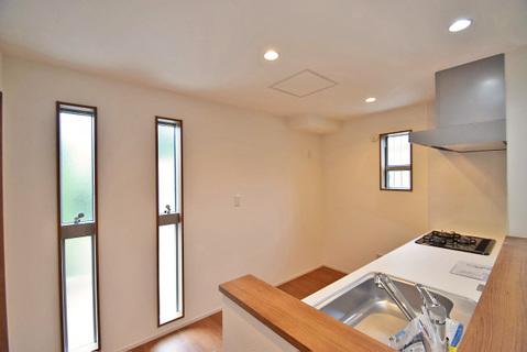 窓が多く明るいキッチンで、家族と楽しくお料理できますね