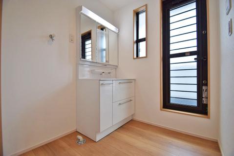 洗面室からバルコニーに直接出れるため、家事同線良好です