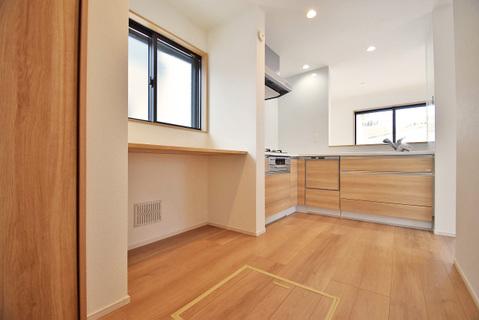 キッチン横にはカウンタースペースと収納スペースを完備