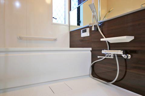 窓のついたお風呂で、足をのばしてゆったりバスタイム