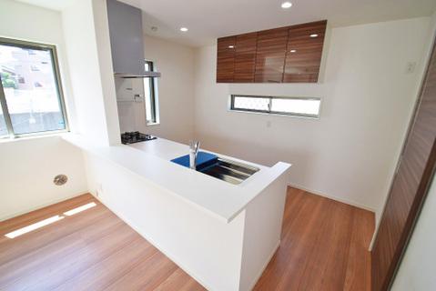 キッチン背面には、たっぷりと収納できる棚を設置
