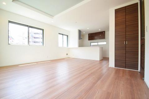 採光豊かに造られた室内は柔らかい陽の降り注ぐ、心地よい空間です