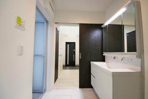 玄関からもキッチンからも出入りのできる、動線のいい洗面室