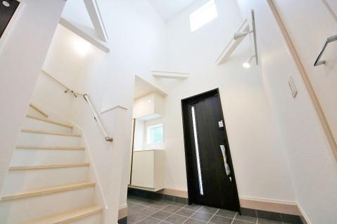 吹抜けが印象的な玄関は開放感だけでなく、収納も充実しています