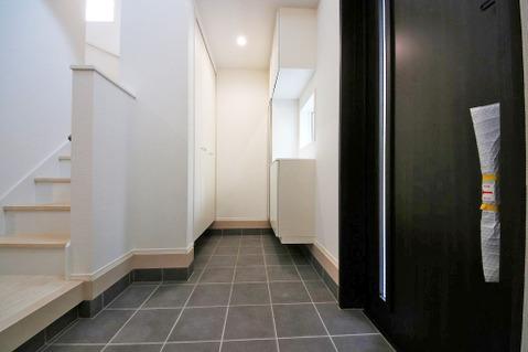 広々とした玄関はガーデニング用品や、ベビーカーなども置いていただけます